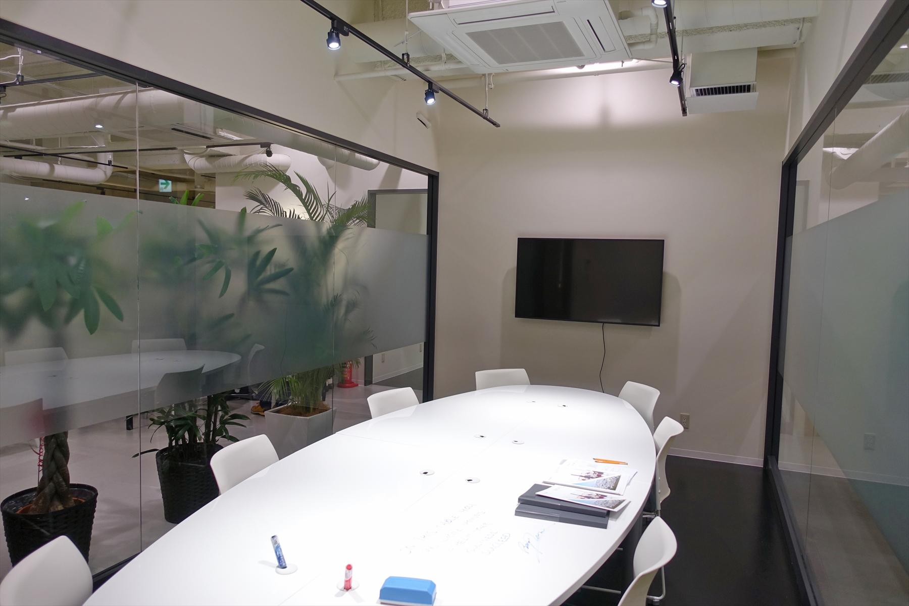 テーブルがホワイトボード代わりにもなる会議室