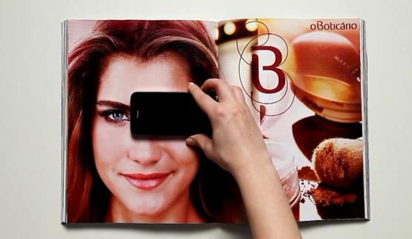 スマホを使ったメイクアップの雑誌広告