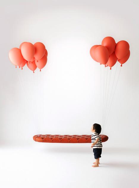 風船で浮かぶソファ